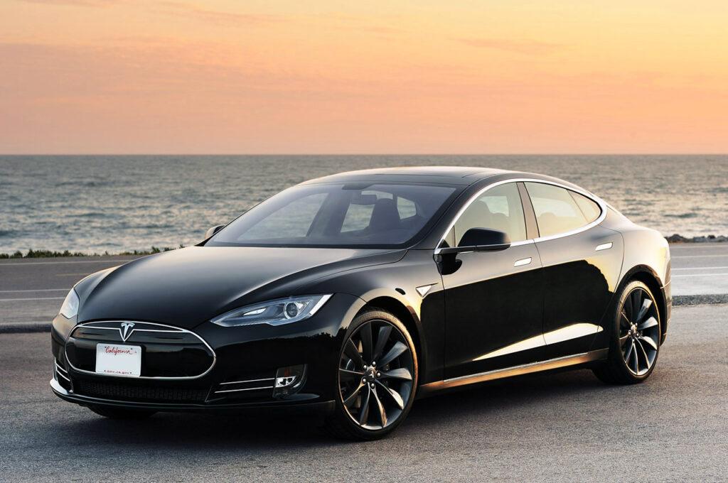 Тем самым желающие провести сравнительный обзор двух ведущих электрифицированных автомобилей спортивного типа могут сделать это в одном месте – у дилера Porsche