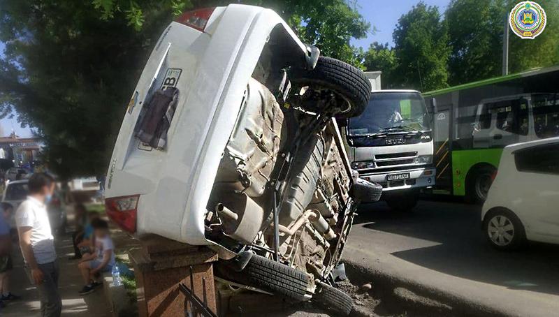 ФОТО: В Ташкенте «Лачетти» вылетел в арык и застрял на заборе
