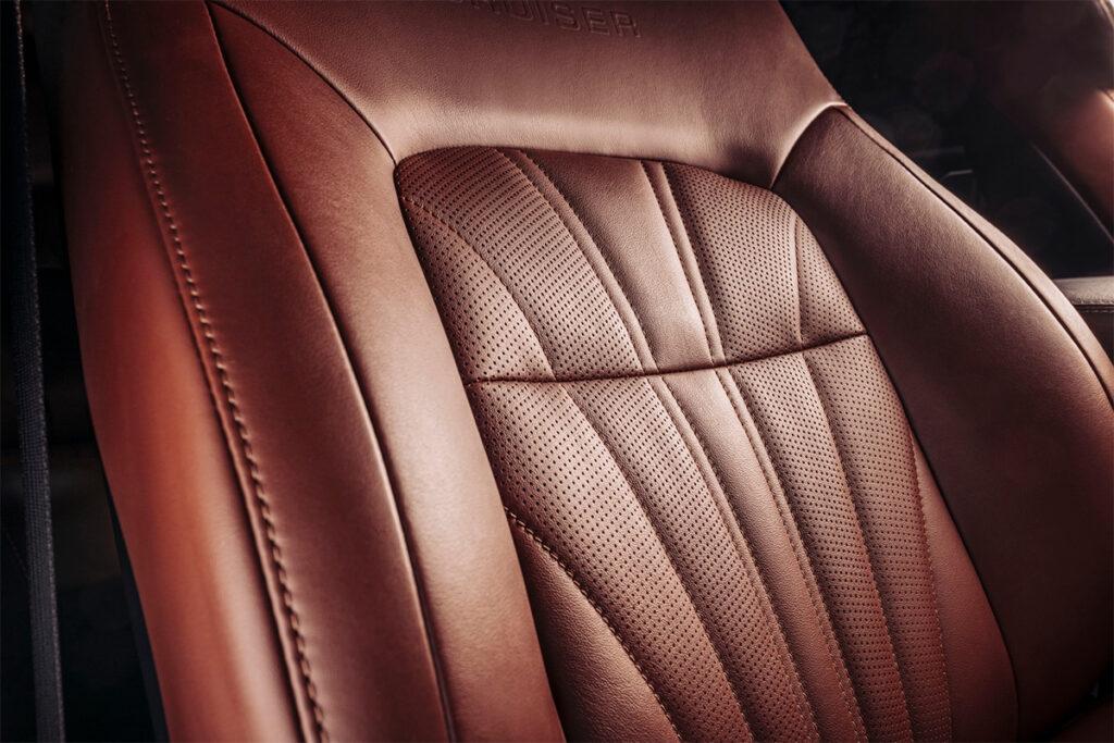В салоне изменения тоже присутствуют, прострочка сидений получила другой дизайн, дверные карты отделаны кожей