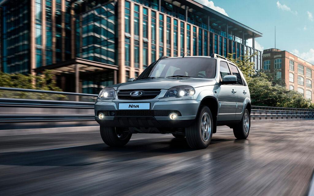 В сети появились новые рекламные изображения модели, а также фотографии с парковки салонов, куда поступили автомобили.