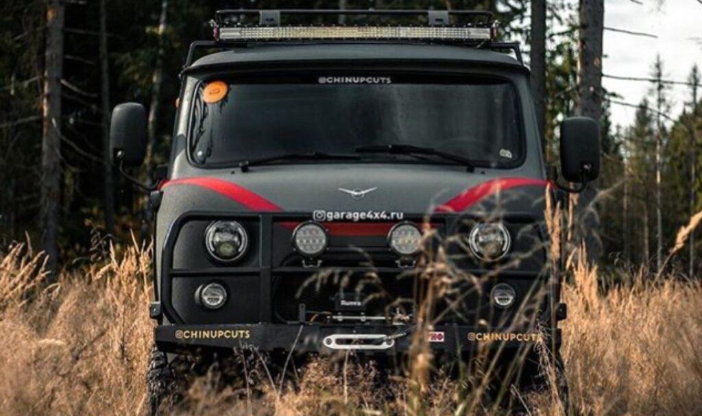 На снимках представлена модель УАЗ-452, она же «буханка», подверженная значительному тюнингу, создателем которого является компания Garage 4x4