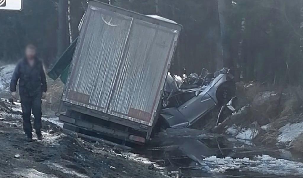 Во Владимирской области легковушку раздавило в ДТП с тремя грузовиками. Погибли 3 человека