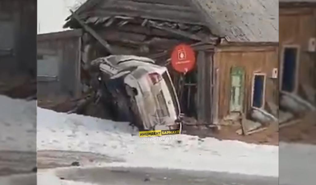 В Алтайском крае автомобиль такси врезался в частный жилой дом, водитель погиб
