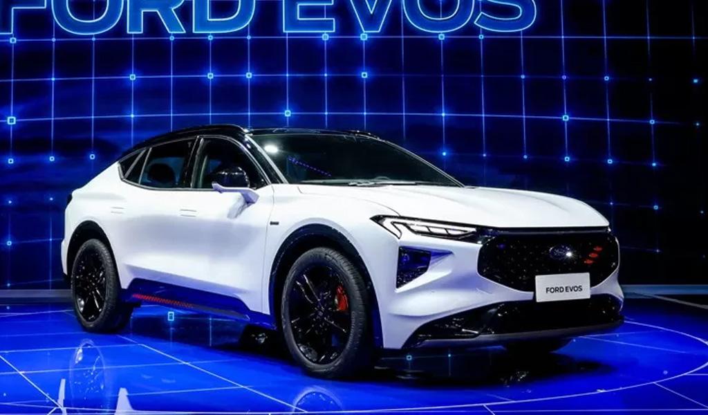 Ford показал купеобразный Evos в огромным дисплеем мультимедиа