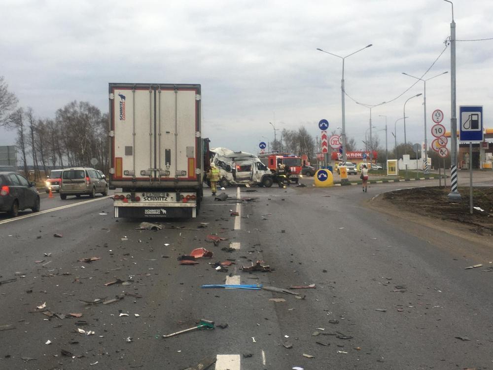 В Калужской области Peugeot Boxer столкнулся с фурой, водитель погиб