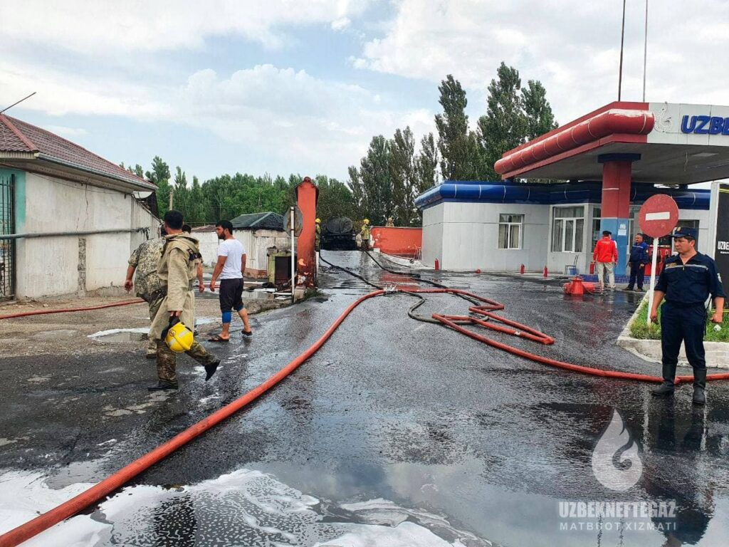ФОТО: На АЗС в Коканде загорелся бензовоз