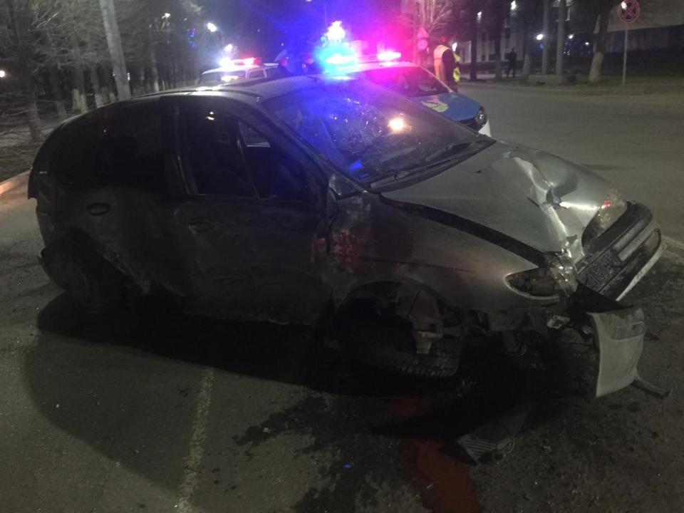 В Петропавловске водитель на Renault на всем ходу врезался в дерево