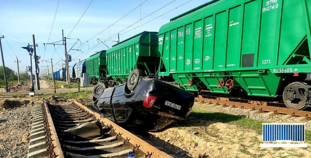 В Ташкентской области автомобиль перевернулся после столкновения с поездом. Есть пострадавшие
