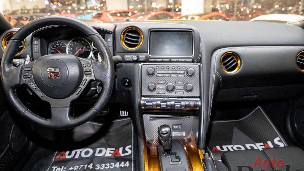 Салон «золотого» Nissan GT-R