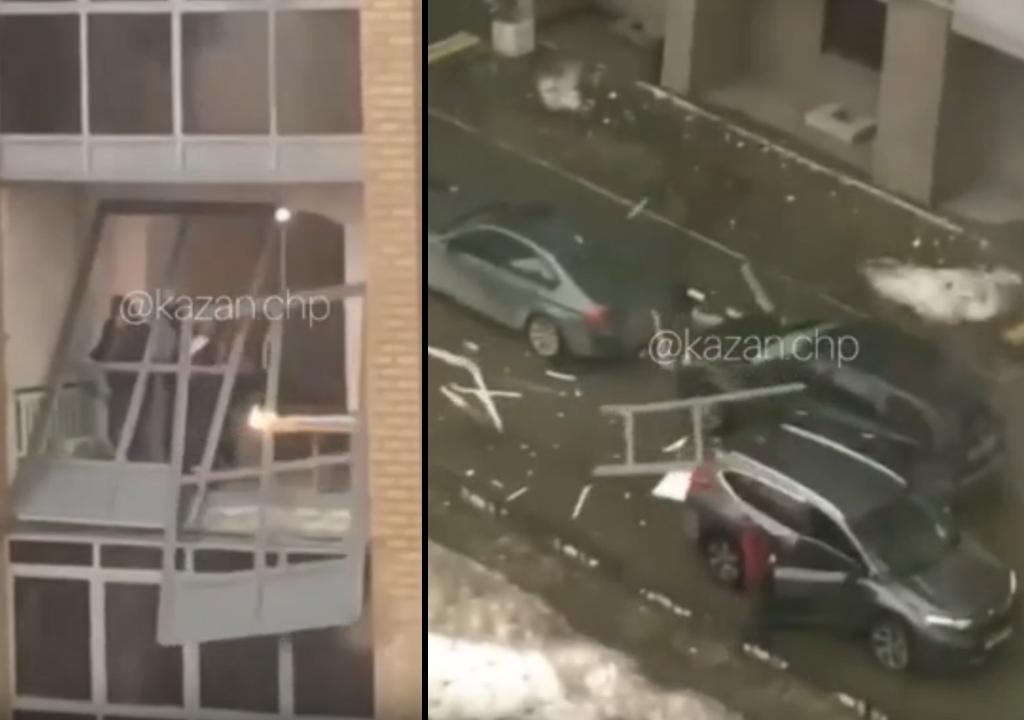 В Казани уронили балконную раму на авто