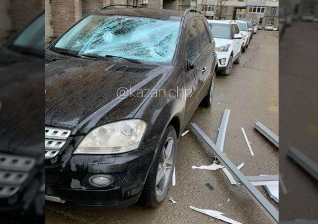 В Казани установщики уронили балконную раму на припаркованную иномарку