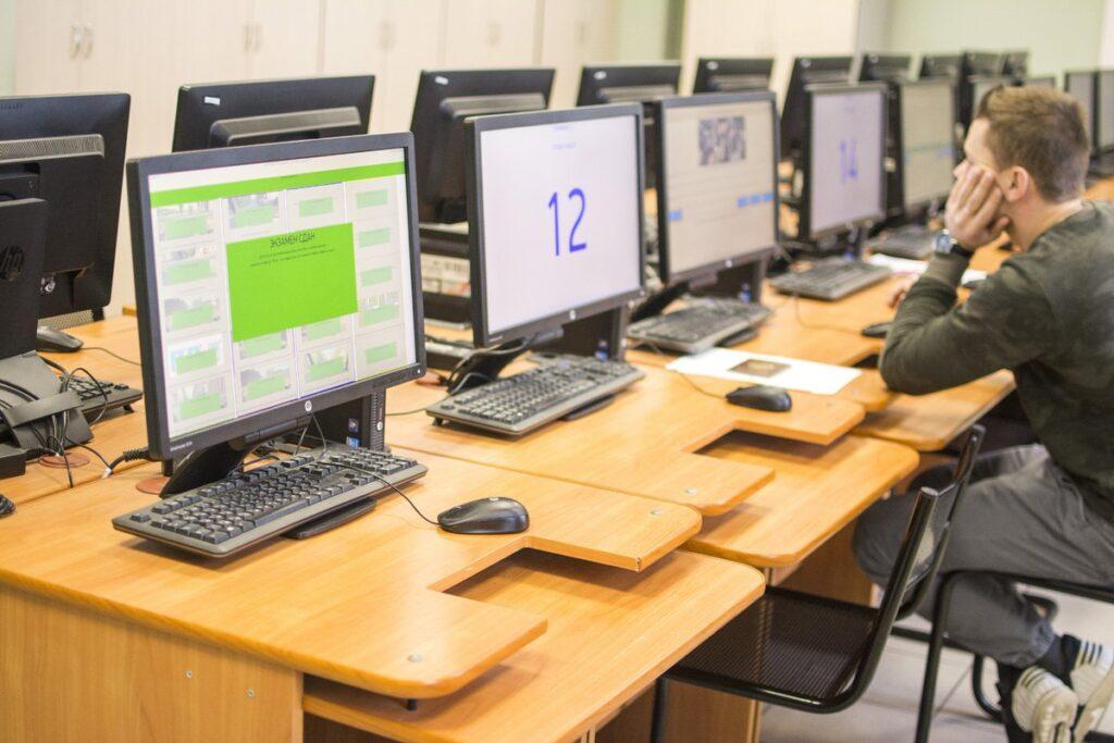 Помимо успешного прохождения экзаменационных испытаний от претендента, если его возраст составляет от 16 до 18 лет, потребуется письменное разрешение на участие в сдаче на права от одного из родителей либо официальных представителей