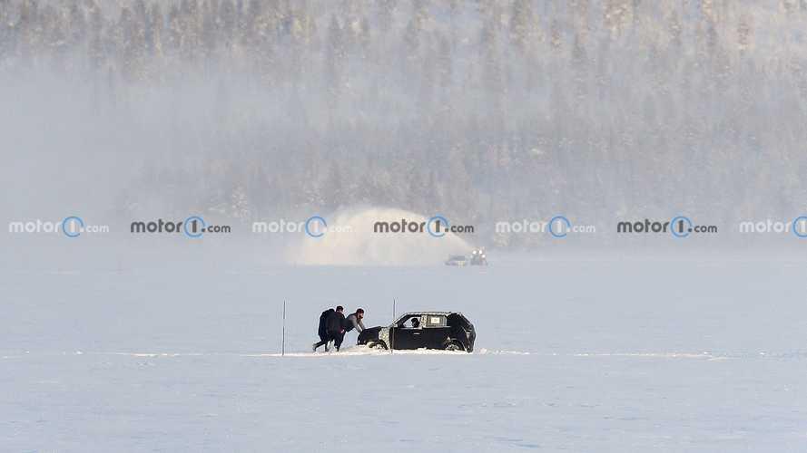 На одном из снимков видно, как Hyundai AX-1 увяз в снегу и его пришлось выталкивать