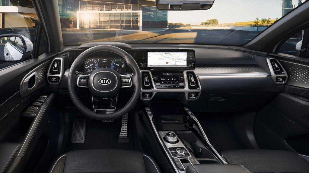 Модель Kia Sorento в базовой комплектации получила 20-сантиметровый экран управления мультимедийной системой