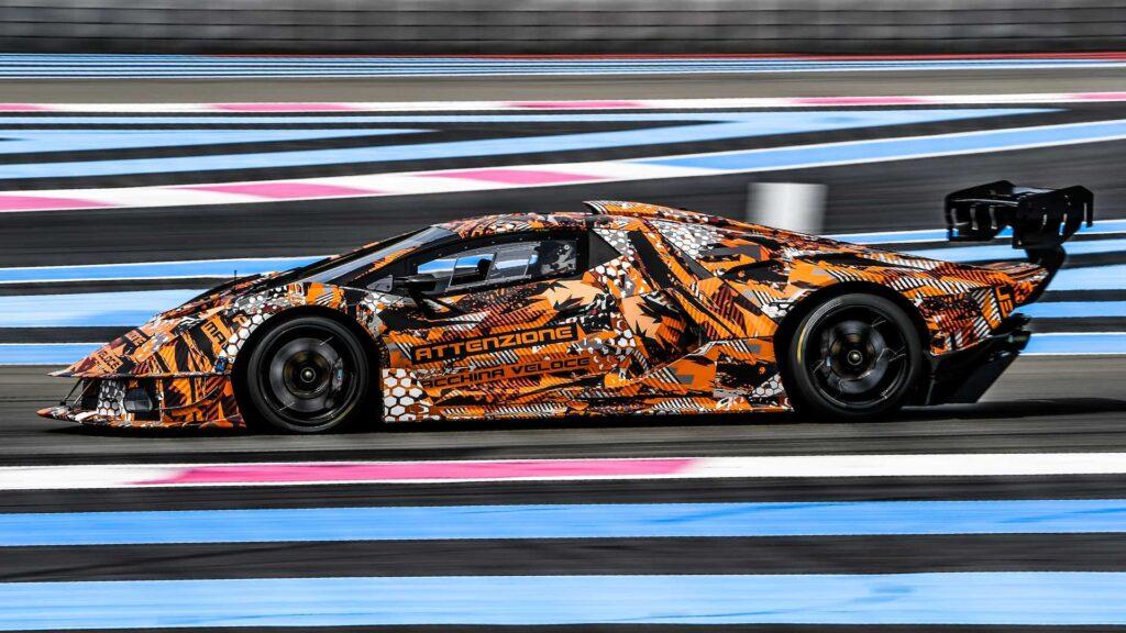 На этот раз создатели Lamborghini SCV12 не были ограничены жесткими требованиями безопасности, поэтому автомобиль получился действительно фантастичный