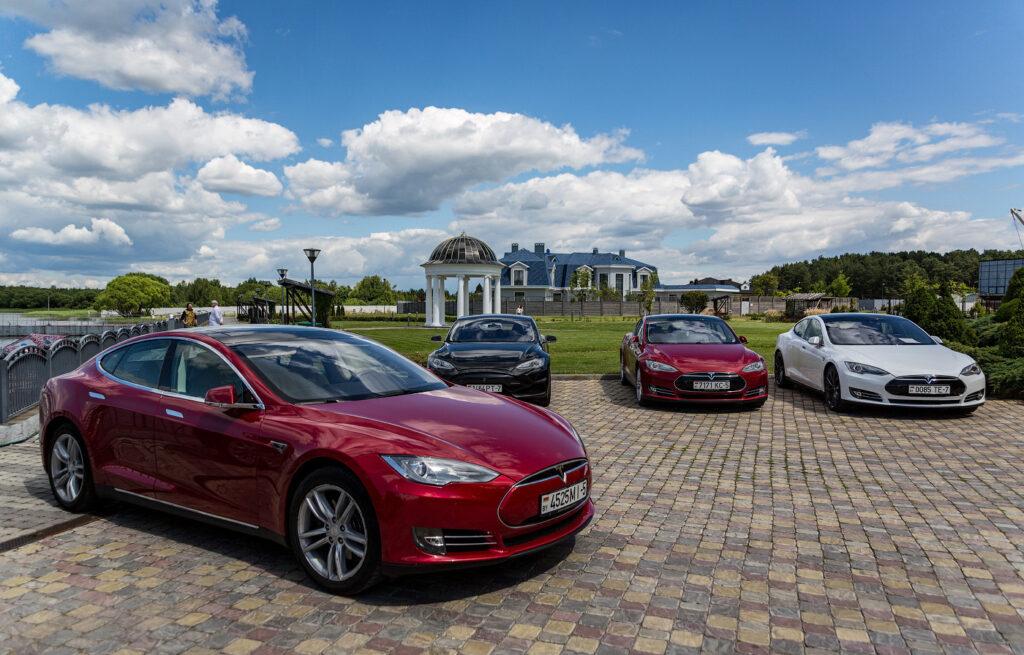 Положительную роль для компании сыграло еще и то, что она реализует свои автомобили минуя дилерские сети, напрямую, в том числе и в режиме онлайн