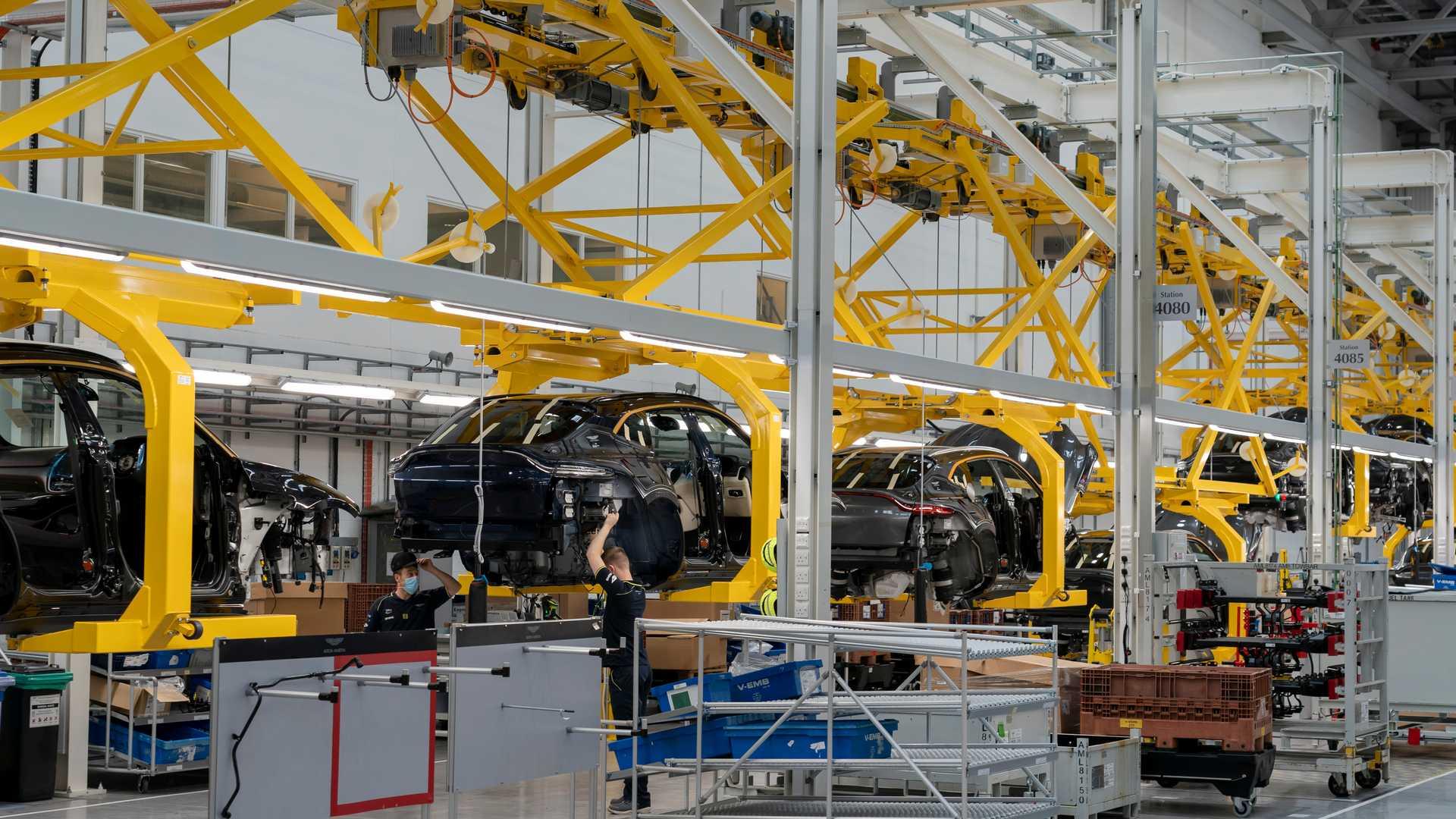 Новый Aston Martin в кузове кроссовер прибудет позже