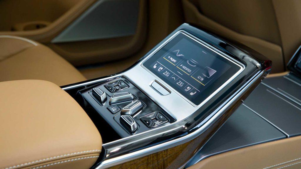 Панель управления в салоне Audi A8