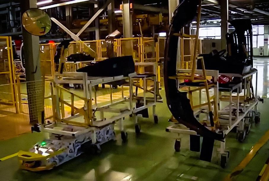 Самоходные тележки передвигаются с помощью электрической тяги, но по заранее заданному маршруту через магнитные ленты монтированные в пол цеха
