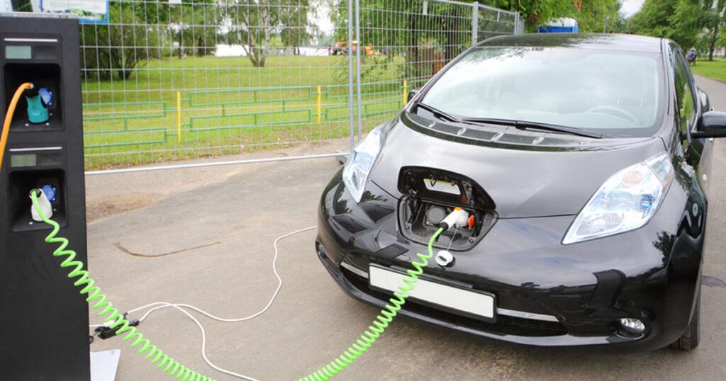 На Сахалине появилась первая зарядная станция для электрифицированных автомобилей, которая была построена компанией «РусГидро»