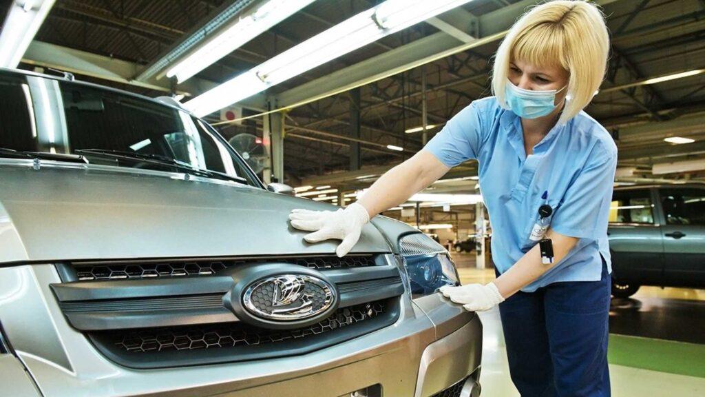 Автомобиль не претерпел значительных изменений, кроме значков на решетке радиатора и руле.
