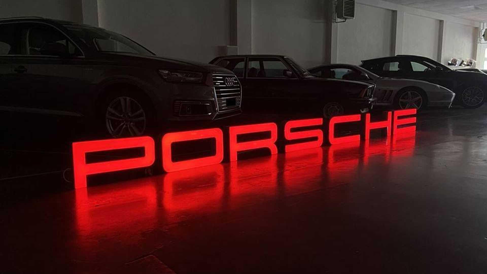 Логотипы шоу-румов Porsche распродадут фанатам
