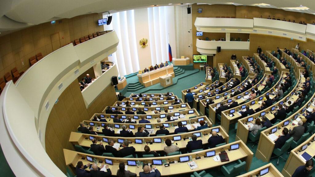 Как сообщают представили Совета Федерации РФ, новые поправки в КоАП не предусматривают серьезного повышения тарифов за нарушение правил дорожного движения, в частности