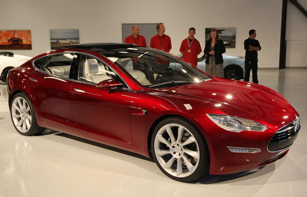 В результате годовые продажи автомобилей Tesla составили 499 550 электрокаров, совсем немного не хватило до поставленной цели