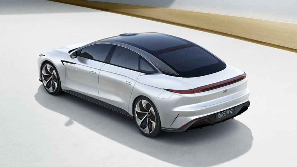 На стадии проектирования автомобиля появлялась также информация о потенциальной динамике в разгоне до 100 км/ч за менее чем 4 секунды